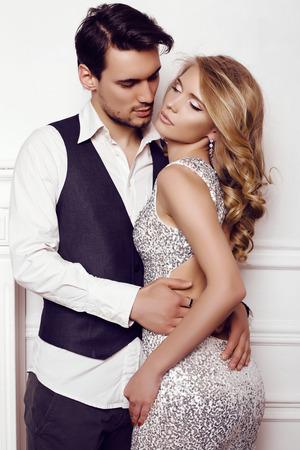 우아한 옷을 입고 아름다운 관능적 인 부부의 패션 스튜디오 사진