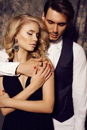 pareja abrazada: estudio de moda foto de la hermosa pareja sensual en ropa elegante