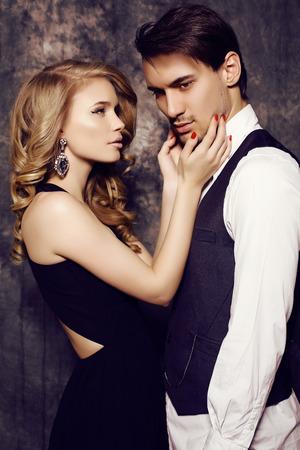 labbra sensuali: moda foto di studio di bella coppia sensuale in abiti eleganti