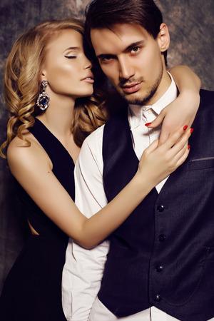 mode studio foto van mooie sensuele paar in elegante kleren