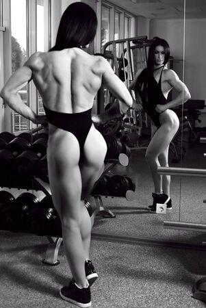 modelo desnuda: Foto de la moda de la medallista de plata de bodyfitness de la formación de las señoras mundo taza en el gimnasio Foto de archivo