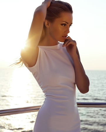 fashion outdoor foto van mooie sexy meisje met blond haar in een elegante jurk die zich voordeed op jacht