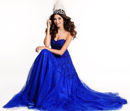 mode studio foto van schitterende winnaar van de wedstrijd dragen van luxe pailletten jurk en kostbare kroon