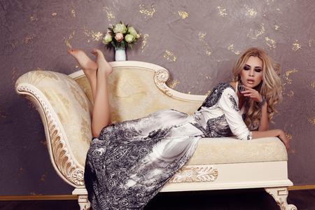 belle brune: photo de la belle femme sexy studio de mode avec des cheveux blonds en robe élégante Banque d'images