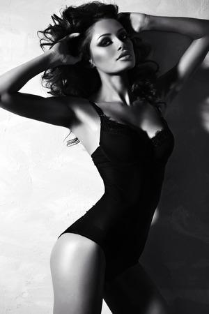 Photo noir et blanc de la mode de la belle femme sexy avec les cheveux bouclés de luxe dans la lingerie élégante posant en studio Banque d'images - 42759668