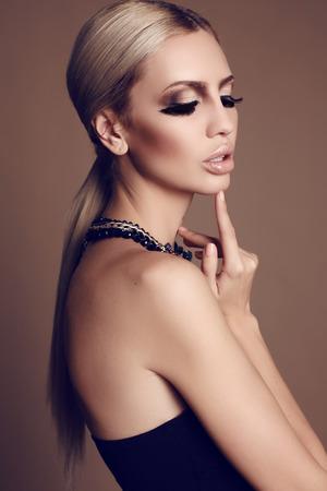 hair blond: studio fashion foto della splendida donna con i capelli biondi e trucco luminoso