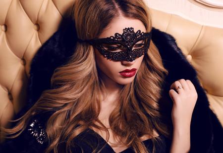 fashion interieur foto van mooie sensueel meisje met lang blond haar in kant sluier op gezicht
