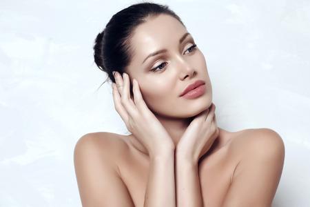 resplandor: estudio de la moda retrato de la hermosa mujer sensual con el pelo oscuro con la piel sana luminosidad