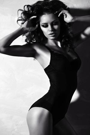 Schwarz-Weiß-Mode-Foto der schönen Frau mit sexy luxuriöse Locken in eleganten Dessous posiert im Studio Standard-Bild - 42759103