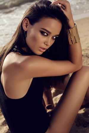schöne frauen: Mode im Freien Foto von schönen sexy Mädchen mit dunklem Haar und gebräunte Haut entspannt auf Sommerstrand Lizenzfreie Bilder