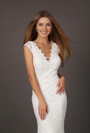 cabello rubio: estudio de moda foto de la mujer sonriente hermosa con el pelo largo viste el vestido de lentejuelas de lujo
