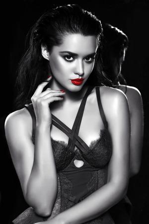 lenceria: estudio de la moda retrato en blanco y negro de hermosa mujer sensual con el pelo oscuro lleva corsé ropa interior de encaje elegante