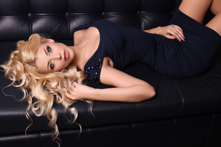 ragazze bionde: fashion studio photo of beautiful charming woman with long blond hair wears elegant dress and accessories