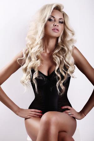 mujer sexy: estudio de moda foto de hermosa mujer sexy con el pelo largo y rubio y la piel bronceada Foto de archivo