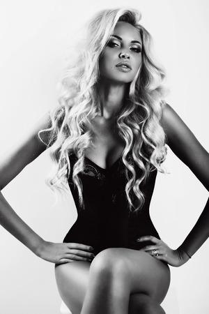 cabello rubio: moda foto en blanco y negro de la mujer atractiva hermosa con el pelo largo y rubio y la piel bronceada
