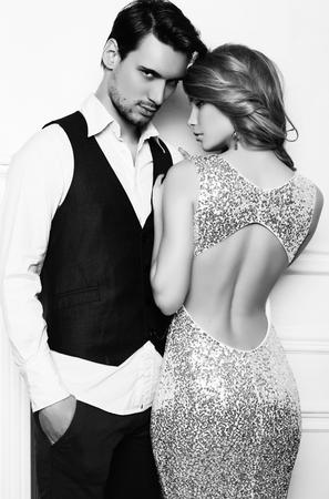 foto estudio de la moda en blanco y negro de la bella pareja, viste ropa elegante, abrazándose Foto de archivo