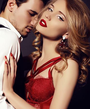 美しい熱烈なカップル、お互いを受け入れて、身に着けているエレガントな服のファッション スタジオ写真