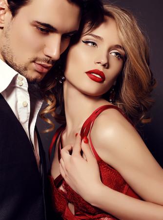 estudio de moda foto de la hermosa pareja, viste ropa elegante, abrazándose