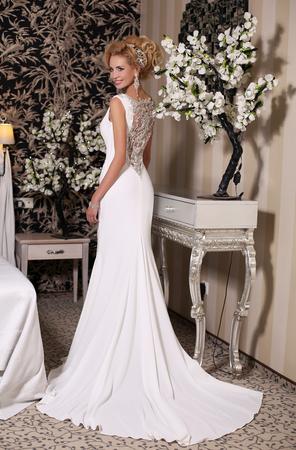 Estudio de moda foto de novia hermosa con el pelo rubio, vestido de novia de lujo con bijou, posando en la habitación decorada Foto de archivo - 50538008