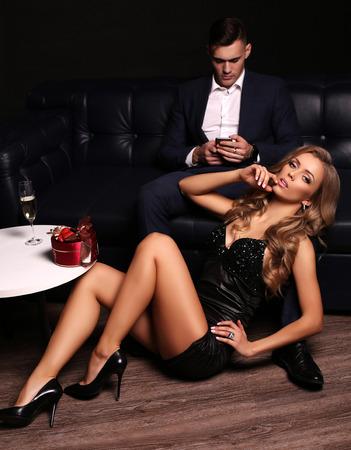 parejas sensuales: foto de estudio de la moda de la bella pareja en ropa elegante, hermosa mujer con el pelo rubio largo que presenta con Morena guapo Foto de archivo