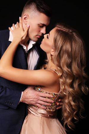 Foto de estudio de la moda de la bella pareja en ropa elegante, hermosa mujer con pelo largo y rubio que abraza Morena guapo Foto de archivo - 51693386