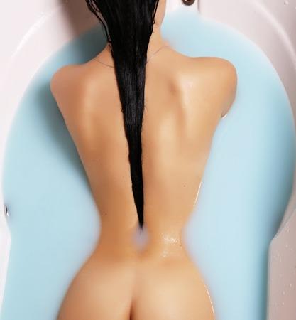femme brune sexy: mode photo intérieur sexy femme magnifique avec des cheveux noirs de détente dans une salle de bains