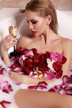 mujer elegante: Foto de la moda interior de la mujer magnífica atractiva con el pelo rubio de relax en el baño
