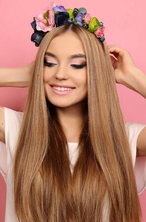 hair blond: Studio moda ritratto di giovane e bella ragazza con lunghi capelli biondi con la fascia di fiore elegante Archivio Fotografico
