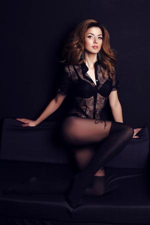 medias veladas: Foto de la manera de la mujer magnífica con el pelo oscuro y maquillaje de noche, lleva blusa de encaje elegante y pantimedias