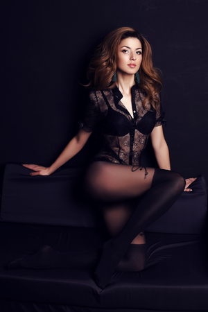 femme brune sexy: photo de mode de femme magnifique avec des cheveux noirs et le maquillage du soir, porte élégant chemisier en dentelle et collants