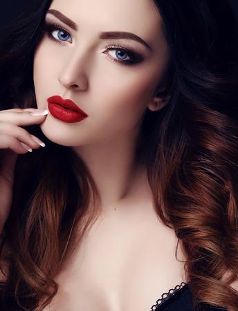 fashion studio foto van prachtige sexy vrouw met donker haar en lichte make-up