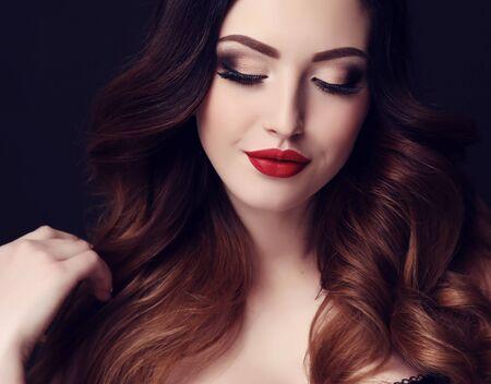 foto de estudio de moda de la mujer atractiva hermosa con el pelo oscuro y maquillaje brillante