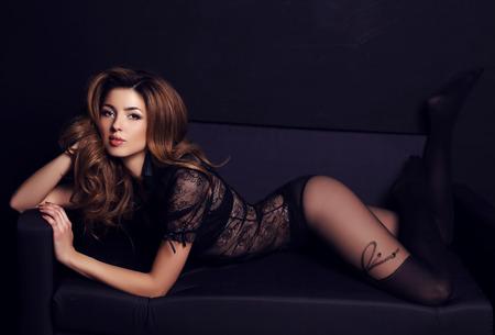 pantimedias: Mujer hermosa con el pelo oscuro y maquillaje de noche, lleva blusa de encaje elegante y pantimedias