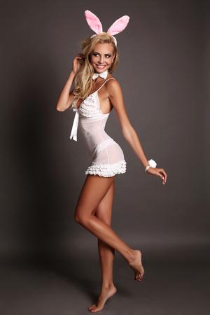 lapin sexy: studio photo de mode sexy fille blonde avec accessoire de tête des oreilles de lapin, symbole de vacances de Pâques Banque d'images