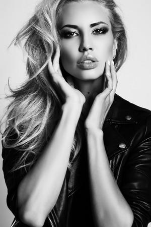 jacket: foto de estudio de moda de la mujer atractiva hermosa con el pelo rubio y el maquillaje de noche, lleva la chaqueta de cuero