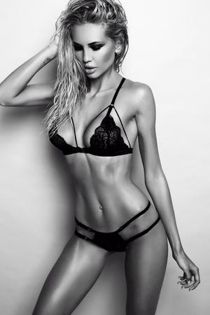 donna sexy: studio fotografico di moda della donna splendida sexy con i capelli biondi indossa lussuoso pizzo lingerie nera