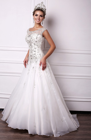 photo de femme magnifique studio de mode avec des cheveux noirs en robe luxuus de mariage et précieuse couronne Banque d'images