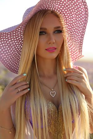 mode photo en plein air de la magnifique femme sensuelle avec des cheveux blonds en tenue élégante posant au champ de lavande de fleur