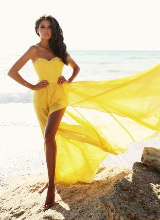 エレガントな水着が夏のビーチでポーズで黒い髪とゴージャスなセクシーな女性のファッション屋外写真