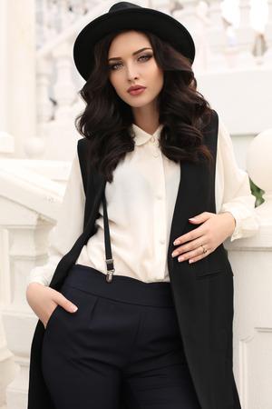 fashion outdoor foto van prachtige sensuele vrouw met donker haar in elegante kleding, wandelen door herfst stad