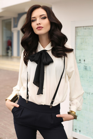 秋の街を歩いてエレガントな服、豪華な被毛で黒い髪とゴージャスな官能的な女性のファッション屋外写真