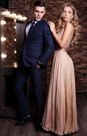 foto de estudio de moda de la pareja hermosa atractiva. Mujer hermosa con el pelo rubio y un hombre guapo en ropa elegante Foto de archivo