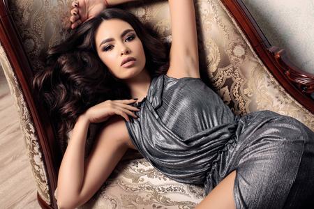 fashion studio foto van prachtige vrouw met donker haar in elegante kleren Stockfoto