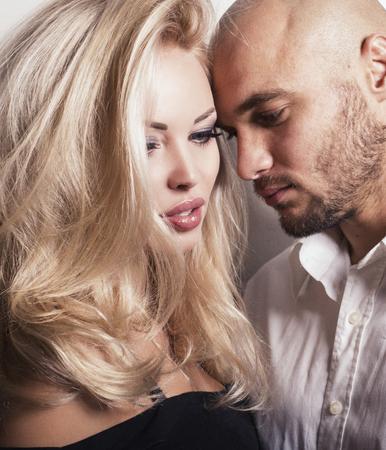 pareja apasionada: foto de estudio de moda de la pareja apasionada. Mujer hermosa con el pelo rubio que presenta con el hombre guapo