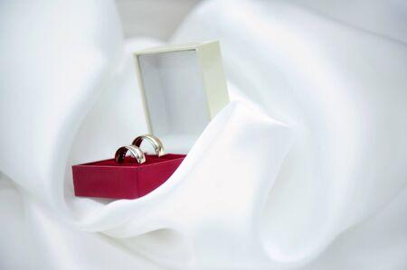 wedding rings in a box Standard-Bild - 129351911