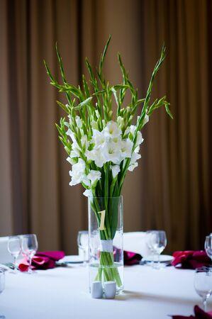 simple flower arrangement on a table outdoors Reklamní fotografie - 129374929
