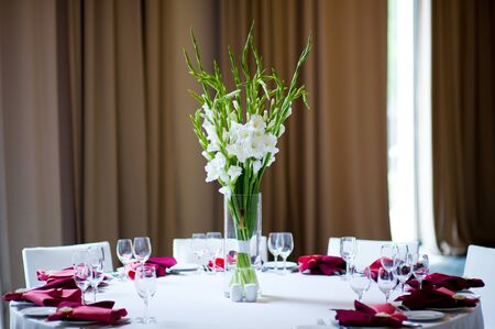 simple flower arrangement on a table indoors Reklamní fotografie - 129375001