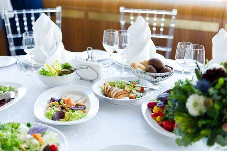 Varias ensaladas en una mesa blanca en un restaurante.