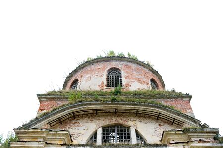 the top of an abandoned antique windowless building with vegetation on the walls and roof Imagens