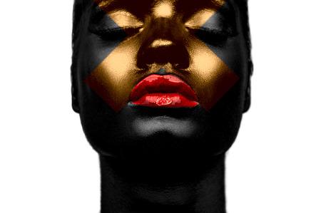 Zwarte huid rode lippen en gouden kruis op het gezicht Stockfoto